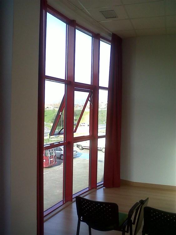 ventanas proyectantes en oficinas