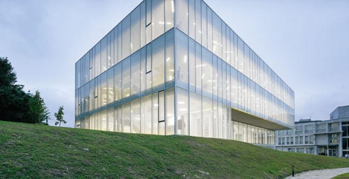 fachada con vidrio serigrafiado